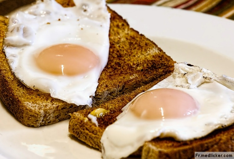 pain grillé avec œufs