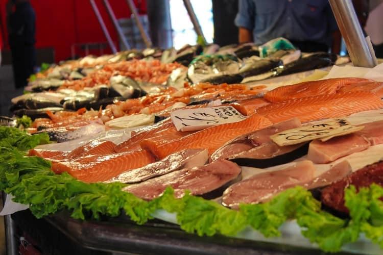 predaj rýb na trhu