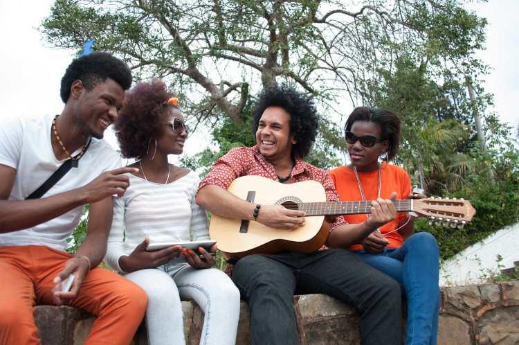 Mládež hraje na kytaru