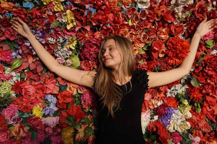 Dívka relaxuje na květech