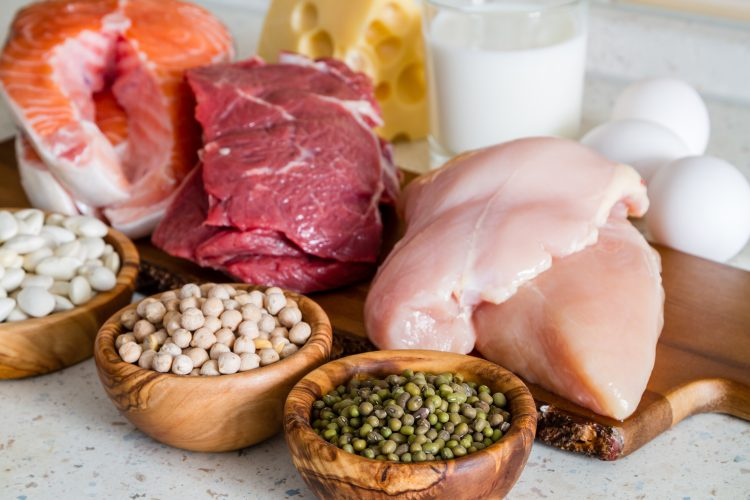 kuřecí prsa, losos a další zdroje bílkovin